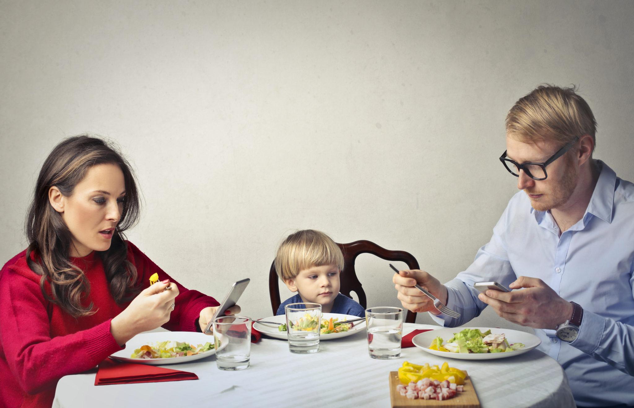 Bambini smartphone-dipendenti, l'allarme e il ruolo della scuola